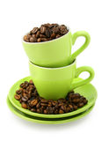 Tazas y granos de café (camino de recortes incluido) Imagen de archivo