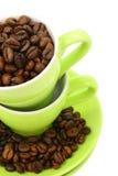 Tazas y granos de café (camino de recortes incluido) Foto de archivo libre de regalías
