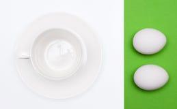 Tazas y huevos blancos para el desayuno Foto de archivo libre de regalías
