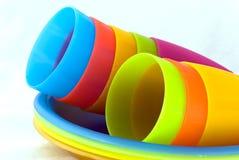 Tazas y placas plásticas Foto de archivo