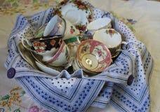 Tazas y platillos antiguos Fotos de archivo