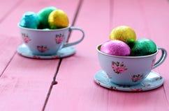 Tazas y platillos de Pascua Fotografía de archivo libre de regalías