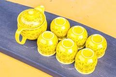 Tazas y pote amarillos de té Imagen de archivo libre de regalías