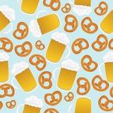Tazas y pretzeles de cerveza Fotos de archivo