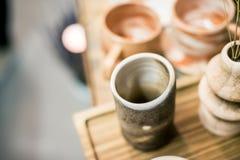 Tazas y tazas decorativas Imagen de archivo libre de regalías