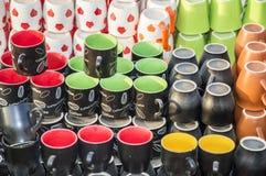 Tazas y tazas en venta Imágenes de archivo libres de regalías