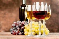Tazas y uva del vino Imagen de archivo libre de regalías