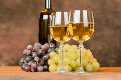 Tazas y uva del vino Foto de archivo libre de regalías