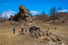 Tazheranskaya stäpp, Ryssland - April 30, 2018: Bred stäpp med gult gräs under en blå himmel med vita moln, kulle arkivbild