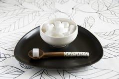 Tazón de fuente de azúcar con la cuchara Imagen de archivo