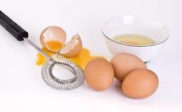 Tazón de fuente y wisk de los huevos Foto de archivo