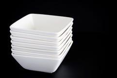 Tazones de fuente blancos en negro Fotos de archivo libres de regalías