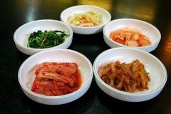 Tazones de fuente de kimchi fotos de archivo libres de regalías