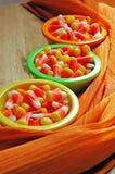 Tazones de fuente de maíz de caramelo fotografía de archivo