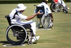 Tazones de fuente del césped de la silla de rueda para las personas lisiadas (hombres) Imagen de archivo