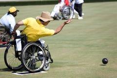 Tazones de fuente del césped de la silla de rueda para las personas lisiadas (hombres) Imagenes de archivo