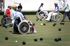 Tazones de fuente del césped de la silla de rueda para las personas lisiadas (hombres) Fotografía de archivo libre de regalías