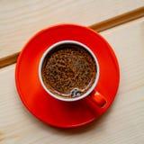 Tazza arancio di caffè caldo preparato fresco su una tavola di legno Fotografia Stock Libera da Diritti