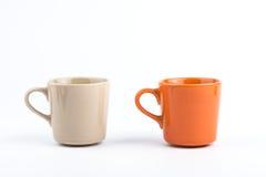 Tazza arancio e tazza marrone Fotografie Stock