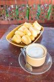 Tazza aromatica schiumosa di caffè fresco Immagini Stock