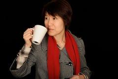 Tazza asiatica della holding della donna Fotografia Stock