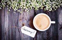 Tazza bianca con caffè su una superficie di legno grigia, vista superiore Fotografia Stock Libera da Diritti