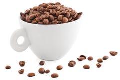 Tazza bianca con i chicchi di caffè fotografia stock