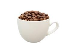 Tazza bianca con i chicchi di caffè immagine stock libera da diritti