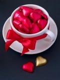 Tazza bianca con i cuori del cioccolato Immagine Stock Libera da Diritti