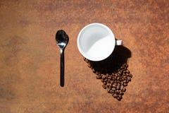 Tazza bianca con il cucchiaio Fotografia Stock Libera da Diritti