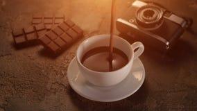 Tazza bianca con la barra di cioccolato e retro macchina fotografica sulla tavola di struttura video d archivio