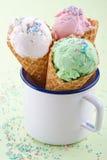 Tazza bianca con tre coni gelati Fotografie Stock Libere da Diritti