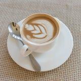 Tazza bianca del caffè del latte sul vassoio di legno immagini stock libere da diritti