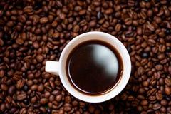Tazza bianca di caffè caldo, fresco ed aromatico, vista del dettaglio Immagini Stock Libere da Diritti