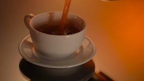 Tazza bianca di caffè caldo o di tè nero su fondo brillante stock footage