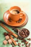 Tazza bianca di caffè caldo sulla tavola di legno Immagini Stock Libere da Diritti