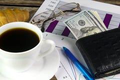Tazza bianca di caffè nero, dei grafici e dei dollari Immagini Stock Libere da Diritti