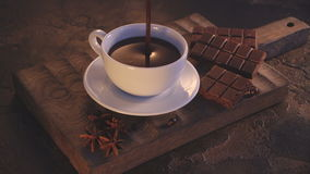 Tazza bianca di cioccolata calda e dei croissant sulla tavola d'annata di legno archivi video