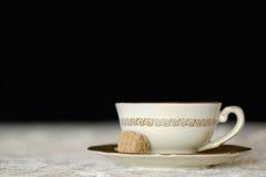 Tazza bianca di tè isolata sul nero Fotografia Stock Libera da Diritti