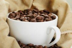 Tazza bianca nel sacchetto di caffè Immagine Stock Libera da Diritti