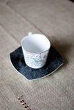 Tazza bianca sul piattino nero Fotografia Stock Libera da Diritti