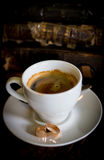 Tazza bianca, vecchi libri, anelli su un piatto, una tazza di caffè Immagine Stock Libera da Diritti