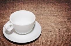 Tazza bianca vuota su insaccamento immagine stock