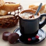 Tazza blu di cacao e di crema Fotografia Stock Libera da Diritti