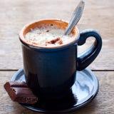 Tazza blu di cacao e di crema Fotografia Stock