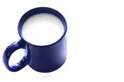 Tazza blu di latte isolata su fondo bianco Fotografia Stock Libera da Diritti