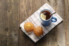 Tazza blu di tè con il limone Fotografia Stock