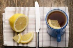 Tazza blu di tè con il limone Immagine Stock Libera da Diritti