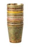 Tazza bronzea con l'ornamento su un fondo bianco Fotografie Stock