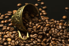 Tazza caduta in pieno dei chicchi di caffè Fotografia Stock Libera da Diritti